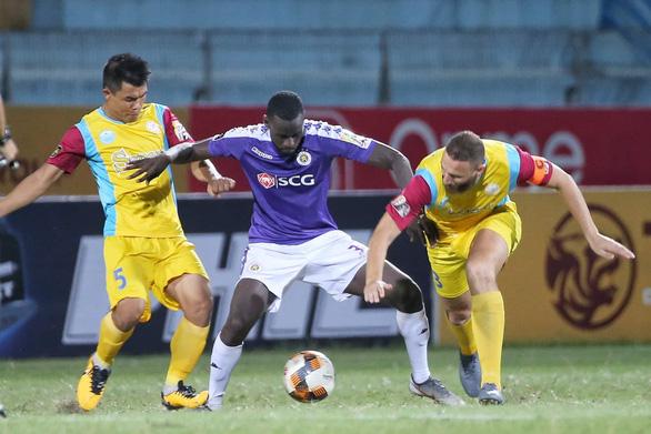 Hà Nội bị gỡ hòa 2-2, HLV Chu Đình Nghiêm tính xông vào sân gặp trọng tài - Ảnh 2.