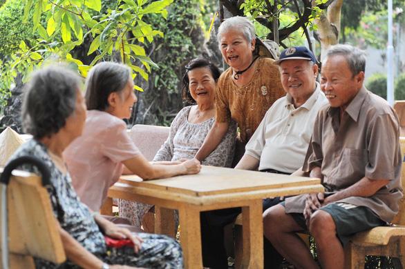 Người 100 tuổi ở TP.HCM được tặng lụa, tiền, khánh vàng - Ảnh 1.