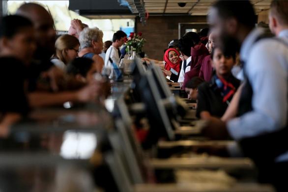 Mỹ truy quét người nhập cư, giới chủ nhà hàng sợ mất nhân viên - Ảnh 2.