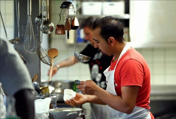 Mỹ truy quét người nhập cư, giới chủ nhà hàng sợ mất nhân viên - Ảnh 1.