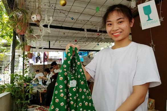 Lấy vải vụn làm đủ kiểu túi vải thời trang thay túi nilông - Ảnh 1.