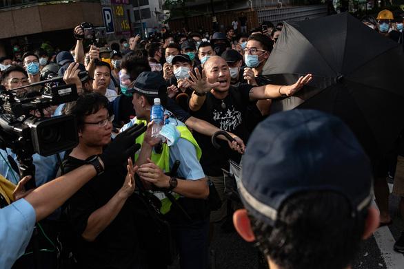 Người Hong Kong biểu tình phản đối thương nhân Trung Quốc - Ảnh 1.
