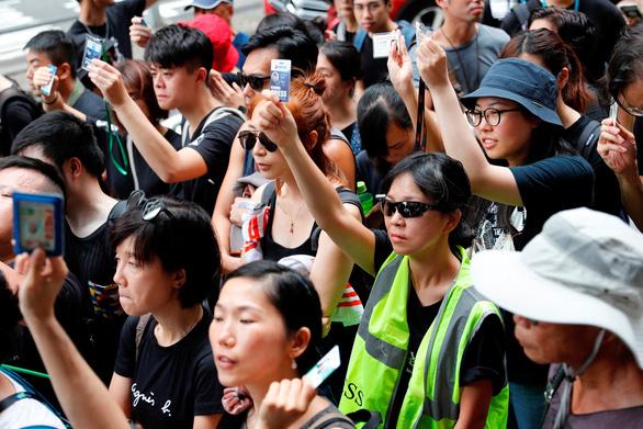 Hàng ngàn người Hong Kong tiếp tục xuống đường phản đối dự luật dẫn độ - Ảnh 2.