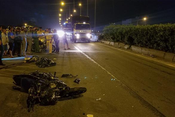 Chạy xe máy vô làn ôtô, tông đuôi xe container, lái xe 20 tuổi chết tại chỗ - Ảnh 1.