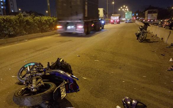 Chạy xe máy vô làn ôtô, tông đuôi xe container, lái xe 20 tuổi chết tại chỗ - Ảnh 2.