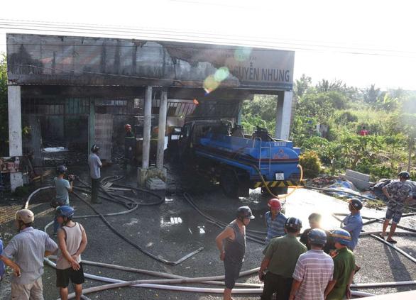 Cháy cửa hàng xăng dầu, 2 người bị thương - Ảnh 1.