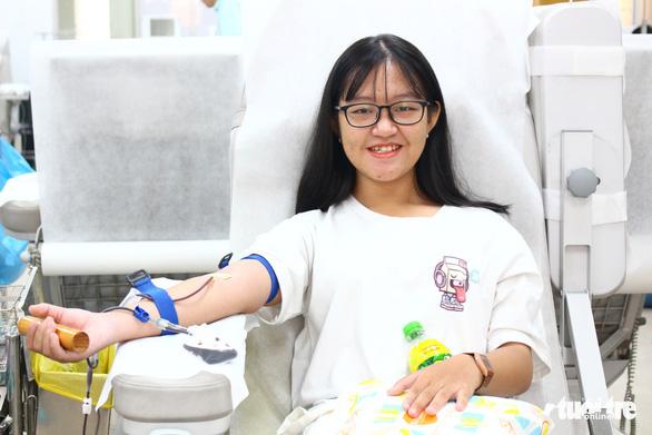 Nhiều bạn trẻ hiến máu vì bệnh nhi ung thư - Ảnh 1.