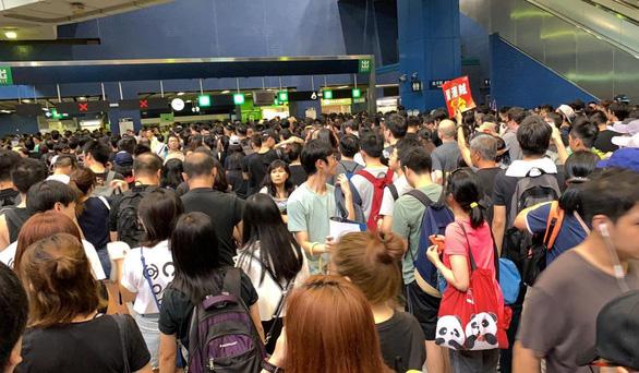 Hàng ngàn người Hong Kong tiếp tục xuống đường phản đối dự luật dẫn độ - Ảnh 3.