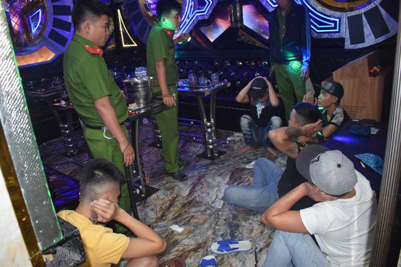 Lại phát hiện quán karaoke đầy khách chơi ma túy ở Long An - Ảnh 1.