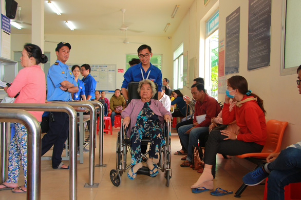 Sinh viên y mở siêu thị 0 đồng, tiếp sức bệnh nhân đi khám bệnh - Ảnh 1.