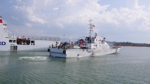 Điều tàu ra Hoàng Sa cứu 6 ngư dân bị trôi dạt - Ảnh 1.
