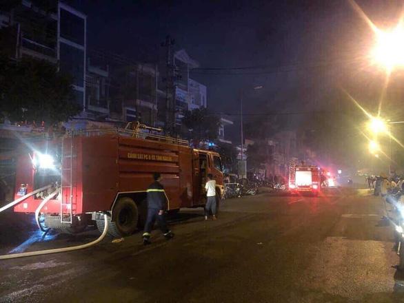 Chợ bị cháy trong đêm, 45 kiốt bị thiêu rụi - Ảnh 1.
