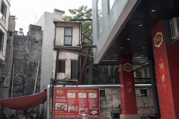 Hàng chục ngôi nhà chống nạng sắt vào chung cư ở Hà Nội - Ảnh 2.