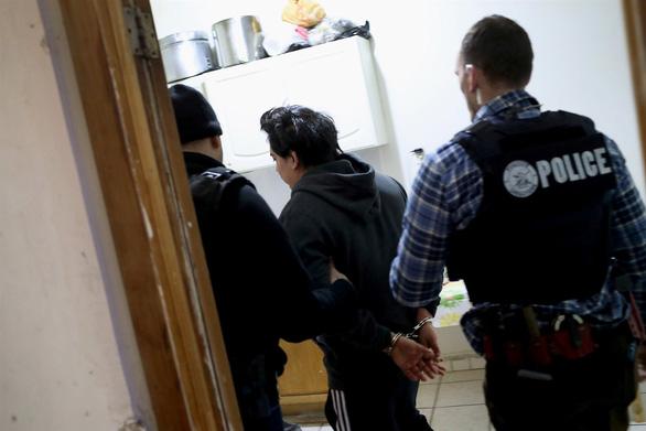 Mỹ bắt đầu truy quét người nhập cư ở 10 thành phố lớn - Ảnh 1.
