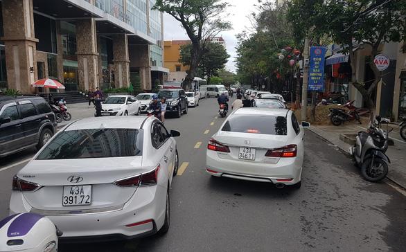 Đà Nẵng thắt chặt dừng, đỗ ô tô để giảm ùn tắc - Ảnh 2.