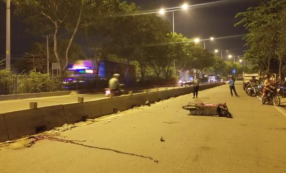 Tông dải phân cách, một người đàn ông đi xe máy chết tại chỗ - Ảnh 2.