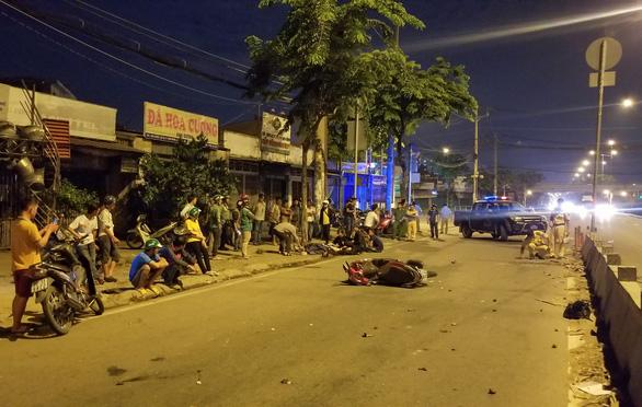 Tông dải phân cách, một người đàn ông đi xe máy chết tại chỗ - Ảnh 1.