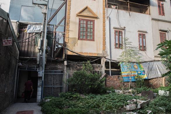 Hàng chục ngôi nhà chống nạng sắt vào chung cư ở Hà Nội - Ảnh 4.