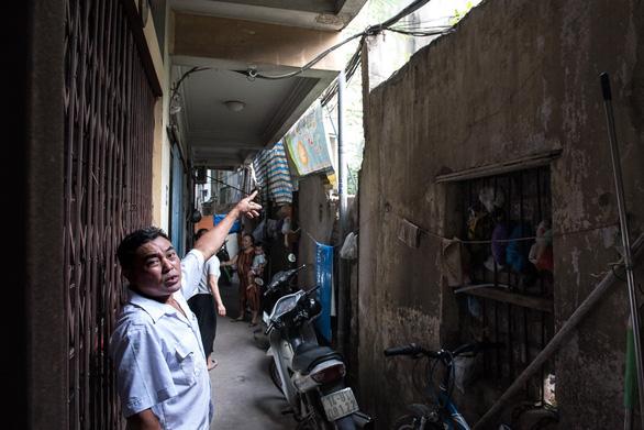 Hàng chục ngôi nhà chống nạng sắt vào chung cư ở Hà Nội - Ảnh 3.