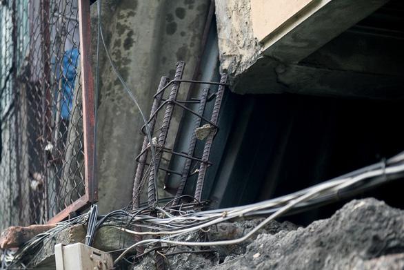 Hàng chục ngôi nhà chống nạng sắt vào chung cư ở Hà Nội - Ảnh 8.