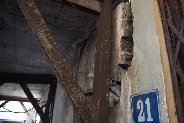 Hàng chục ngôi nhà chống nạng sắt vào chung cư ở Hà Nội - Ảnh 7.