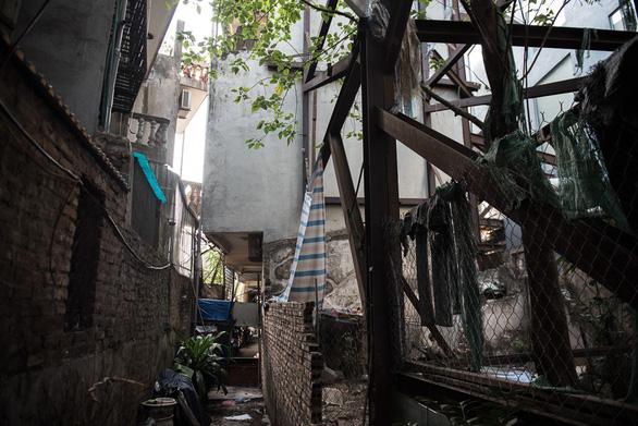 Hàng chục ngôi nhà chống nạng sắt vào chung cư ở Hà Nội - Ảnh 5.