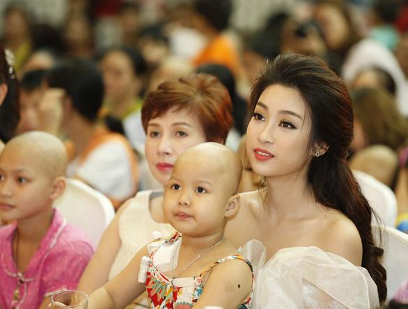 Hoa hậu Đỗ Mỹ Linh và mẹ đăng ký hiến tạng tại Bệnh viện Chợ Rẫy - Ảnh 1.