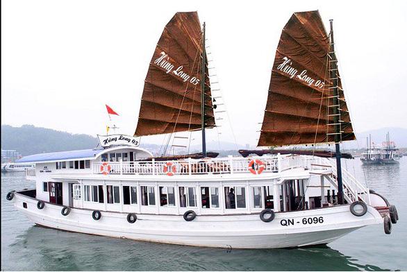 Quay lén khách tắm, một tàu du lịch ở vịnh Hạ Long bị đình chỉ hoạt động  - Ảnh 1.