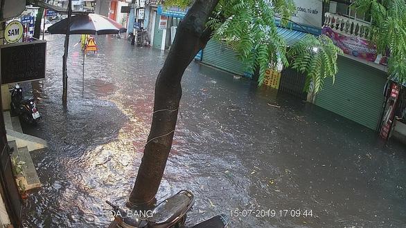 Mưa dông ở Hà Nội quật xe máy ngã lăn lóc - Ảnh 9.