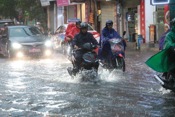 Mưa dông ở Hà Nội quật xe máy ngã lăn lóc - Ảnh 4.