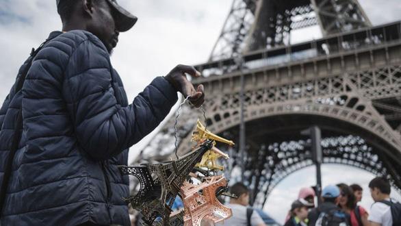 Thế giới kinh doanh phi pháp bên chân tháp Eiffel - Ảnh 1.