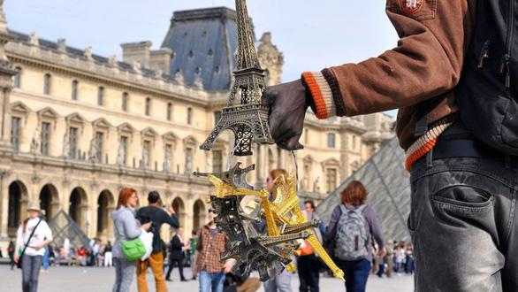 Thế giới kinh doanh phi pháp bên chân tháp Eiffel - Ảnh 6.