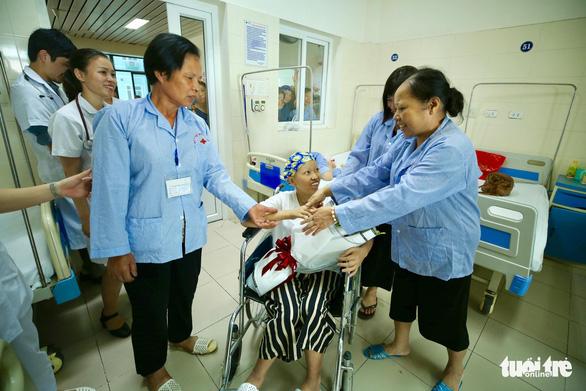 Hai mẹ con chị Liên và bé Bình An cùng ra viện về nhà - Ảnh 5.