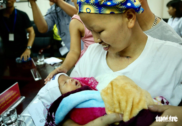 Hai mẹ con chị Liên và bé Bình An cùng ra viện về nhà - Ảnh 2.