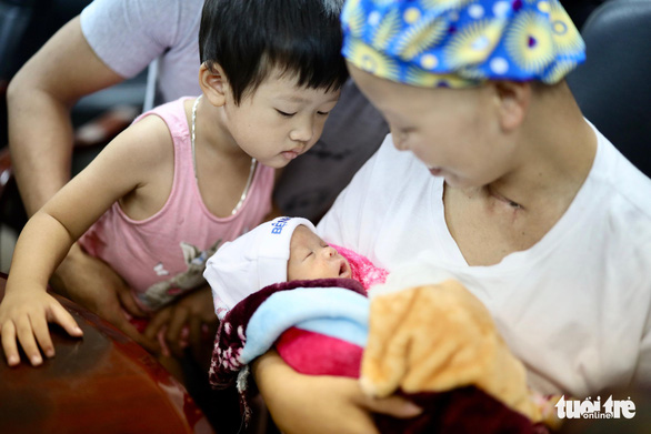 Hai mẹ con chị Liên và bé Bình An cùng ra viện về nhà - Ảnh 7.