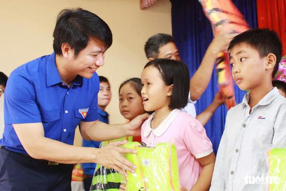 Tặng huy hiệu Tuổi trẻ dũng cảm cho học sinh cứu em nhỏ đuối nước - Ảnh 3.