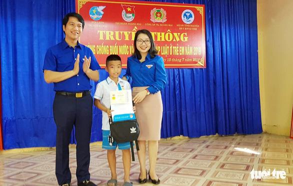 Tặng huy hiệu Tuổi trẻ dũng cảm cho học sinh cứu em nhỏ đuối nước - Ảnh 1.