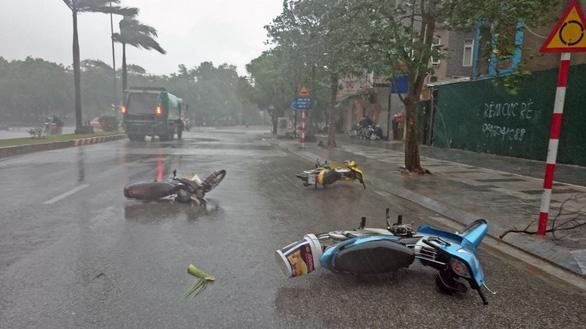 Mưa dông ở Hà Nội quật xe máy ngã lăn lóc - Ảnh 5.