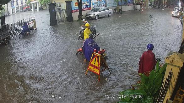 Mưa dông ở Hà Nội quật xe máy ngã lăn lóc - Ảnh 6.