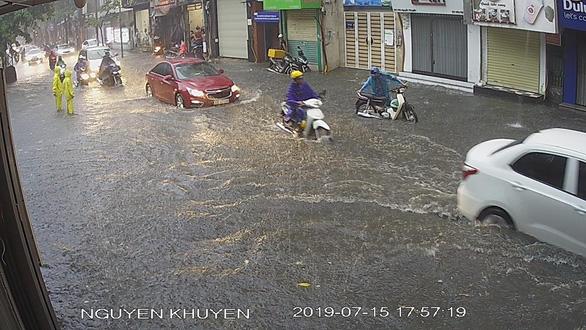 Mưa dông ở Hà Nội quật xe máy ngã lăn lóc - Ảnh 7.