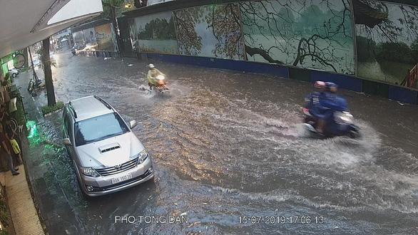 Mưa dông ở Hà Nội quật xe máy ngã lăn lóc - Ảnh 8.