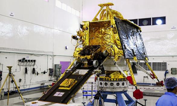 Ấn Độ bất ngờ hoãn phóng tàu thăm dò Mặt Trăng vì lý do kỹ thuật - Ảnh 1.