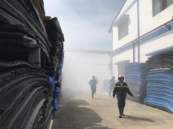 Cháy lớn kho nguyên liệu làm giày da, khói độc phun mù mịt - Ảnh 3.