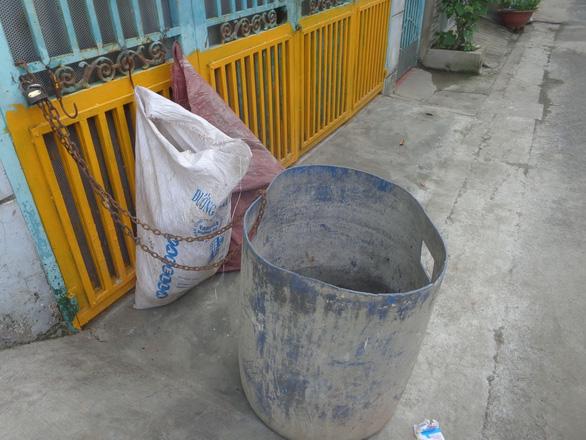 Ý thức giữ gìn vệ sinh chung nhìn từ hai bức ảnh - Ảnh 1.