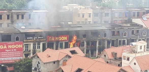 Cháy quán gà ở Thiên đường Bảo Sơn, khói bốc đen kịt - Ảnh 1.