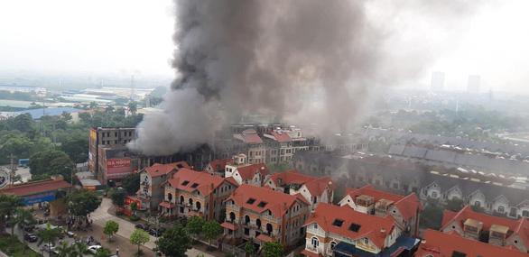 Cháy quán gà ở Thiên đường Bảo Sơn, khói bốc đen kịt - Ảnh 2.