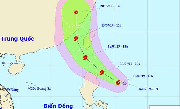 Áp thấp nhiệt đới gần Biển Đông mạnh thành bão, gió giật cấp 10 - Ảnh 1.