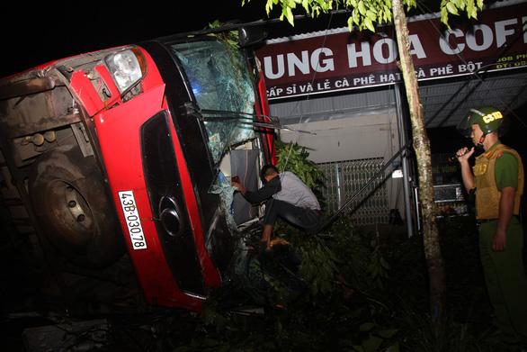 Xe khách lật trong đêm ở Đắk Lắk: Nỗ lực cứu chữa 2 nạn nhân nguy kịch - Ảnh 1.