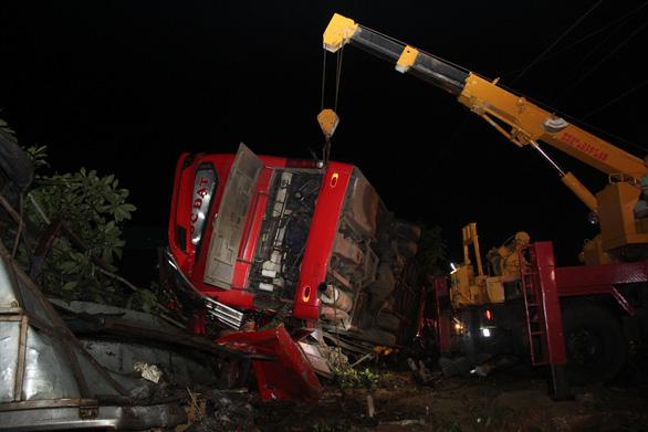 Xe khách lật trong đêm ở Đắk Lắk: Nỗ lực cứu chữa 2 nạn nhân nguy kịch - Ảnh 2.