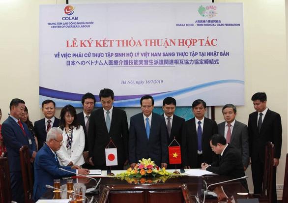 Ký thỏa thuận hợp tác đưa hộ lý Việt Nam sang Nhật Bản - Ảnh 1.
